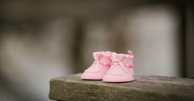 娘がサンダルを生まれて初めて履きました。の写真